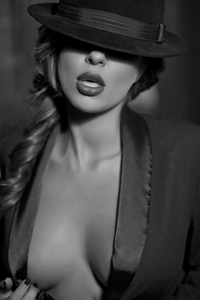 Сексуальная девушка в шляпе